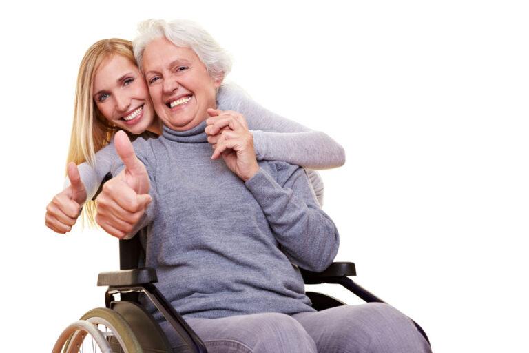 Rollstuhlfahrerin hält Daumen hoch